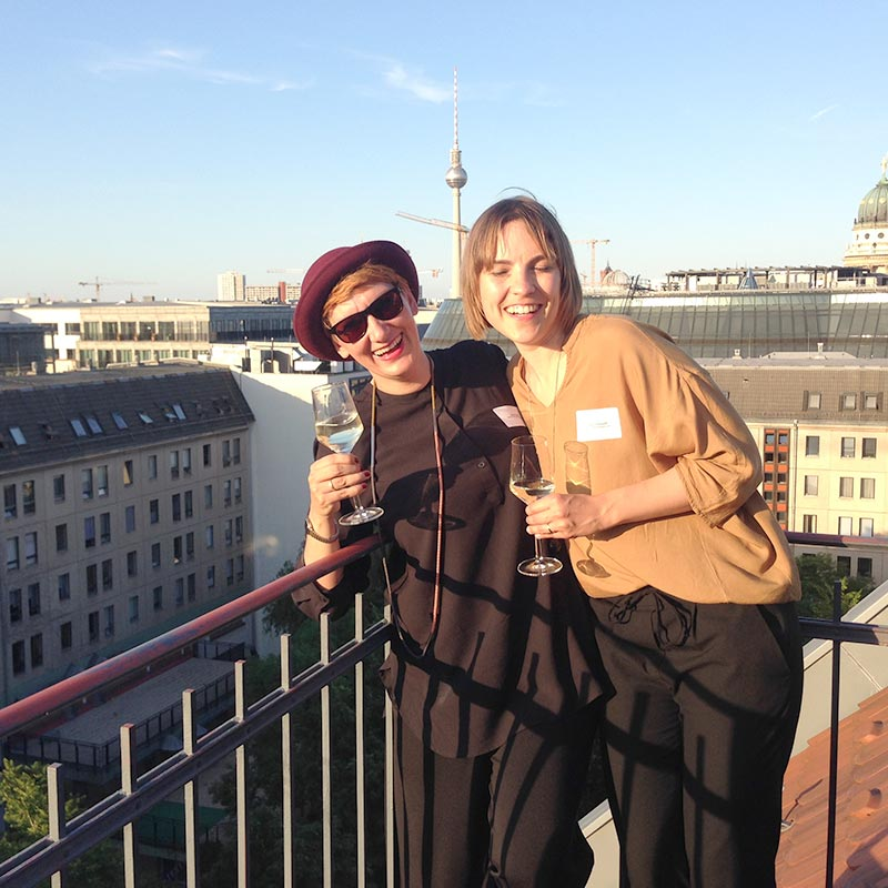 After Work und done for today Julia und Judith auf der Dachterrasse