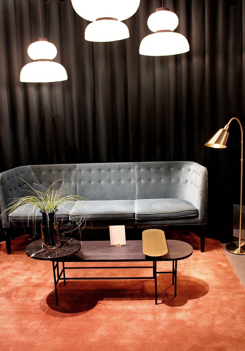 Andtradition Couch in Samt mit Messing und Marmor