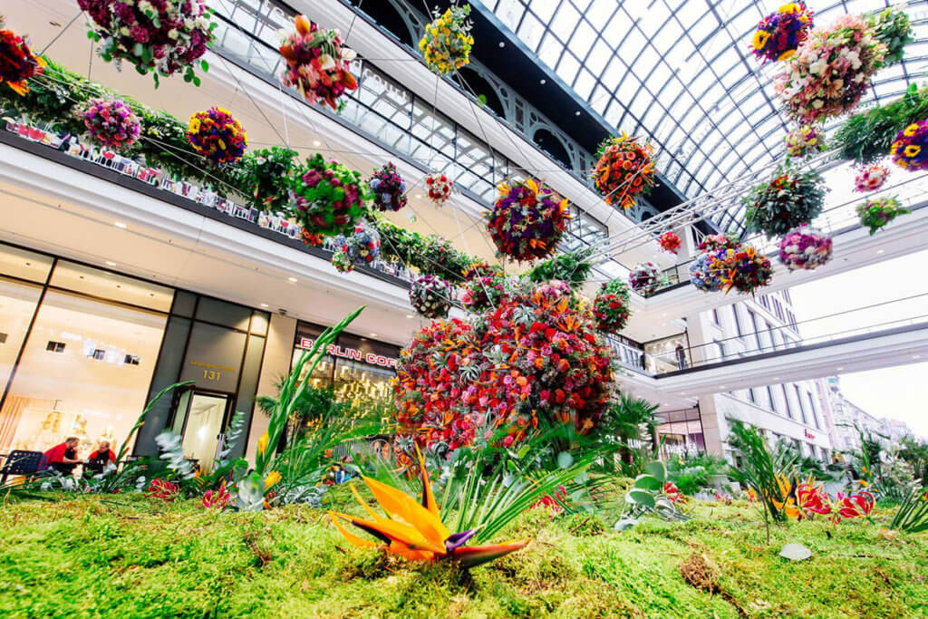 Die Blumeninstallation bloombln in der Mall of Berlin