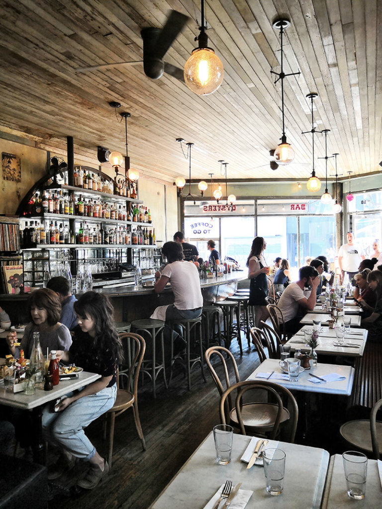 Fruehstuecken im Hipster Cafe mit Pancakes in Williamsburg