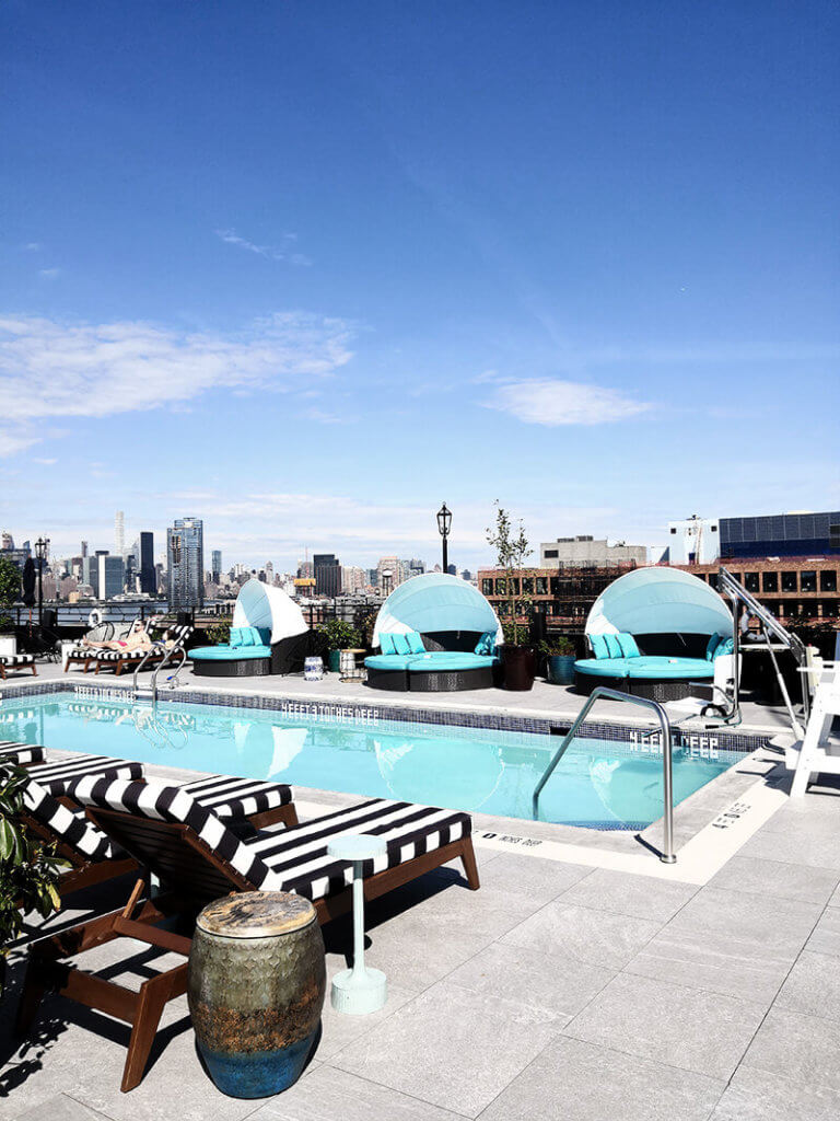 New York Highlights: Pool auf der Dachterasse im Williamsburg Hotel mit Blick auf Skyline