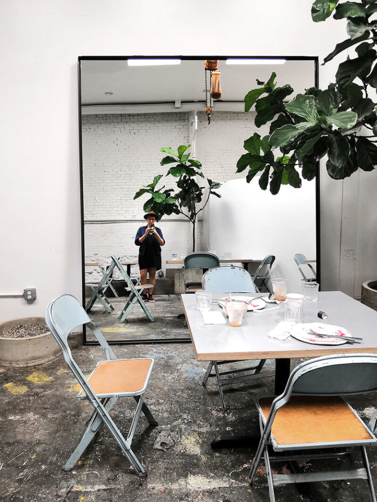 New York Highlights: Bloggerin in Spiegel im Space des AP Cafe in Bushwick